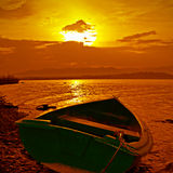 Boot und Farbensonnenuntergang lizenzfreie stockfotos