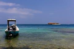 Boot und Insel lizenzfreies stockbild