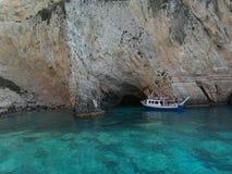 Boot und Klippe in Zakynthos-Insel Griechenland Stockfotos