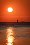 Boot und Leuchtturm am Sonnenuntergang Lizenzfreie Stockbilder