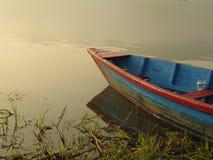 Boot und Phewa See lizenzfreies stockbild