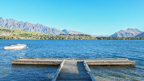 Boot und Pier im See Wakatipu Stockfoto