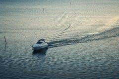 Boot und ruhiger See Stockfotos