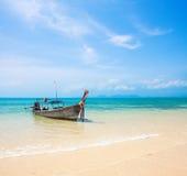 Boot und schöner blauer Ozean lizenzfreie stockfotografie