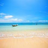 Boot und schöner blauer Ozean stockfoto