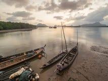 Boot und Sonnenaufgang Longtail an Samchong-tai, Phananga, Thailand Lizenzfreies Stockfoto