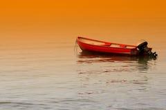 Boot und Sonnenuntergang lizenzfreie stockbilder