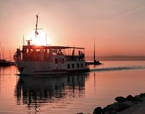 Boot und Sonnenuntergang stockfoto