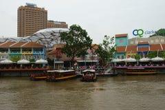 Boot und Stangen entlang dem Fluss Stockbild