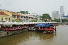 Boot und Stangen entlang dem Fluss Lizenzfreie Stockfotografie