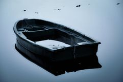 Boot ungefähr zur Wanne mitten in einem See Lizenzfreie Stockfotos