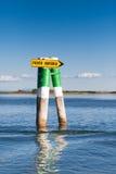 Boot unterzeichnen herein die Lagune von Grado Friuli Venezia Giulia, Italien stockfoto