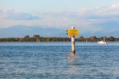 Boot unterzeichnen herein die Lagune von Grado Friuli Venezia Giulia, Italien stockfotos