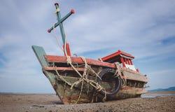 Boot van de wrak de houten visserij op het strand royalty-vrije stock afbeeldingen