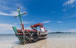 Boot van de wrak de houten visserij op het strand stock afbeeldingen