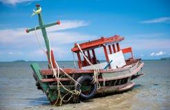 Boot van de wrak de houten visserij op het strand royalty-vrije stock afbeelding