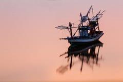Boot van de zonsondergang de Kustvisserij in Thailand Royalty-vrije Stock Fotografie