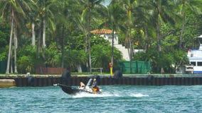 Boot in veranderlijk water stock footage