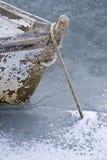 Boot verankert auf gefrorenem Wasser Stockbilder