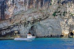 Boot verankert in der Bucht Lizenzfreie Stockbilder