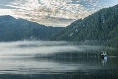 Boot verankert in der ruhigen Bucht Lizenzfreie Stockfotografie