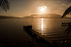 Boot verankerte auf Anlegestelle lizenzfreie stockfotos