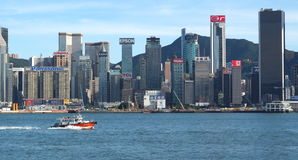 Boot in Victoria Bay en wolkenkrabbers van Hong Kong Island Mening van de dijk Tsim Sha Tsui, Hong Kong, China Stock Foto's