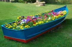 Boot voll der Blumen stockbilder