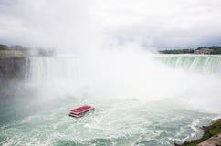 Boot voll der Touristenbewegung in Richtung zu Niagara Falls Lizenzfreies Stockbild