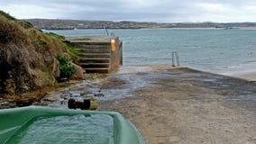Boot voll des Wassers auf Cruit-Insel in der Grafschaft Donegal, Irland stock footage