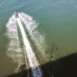 Boot von der Brücke Stockfotografie