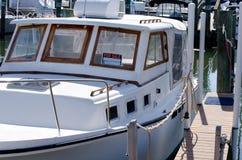 Boot voor verkoop bij jachthaven stock foto's