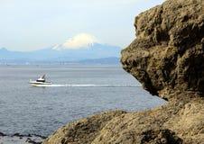 Boot in Vreedzame Oceaan op de achtergrond van Onderstelfuji Stock Foto