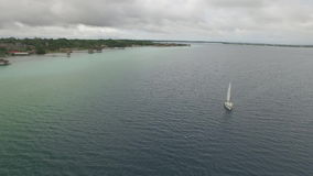 Boot, welches die Lagune bereist stock video footage
