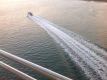 Boot zur Sonnenuntergangzeit Stockbilder