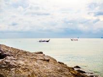 Bootbestuurder op traditionele lange staartboot in het overzees met wolk en hemelachtergrond op zonsondergang in de minimalistisc royalty-vrije stock fotografie