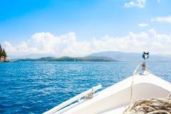 Bootboog die in blauwe Middellandse Zee in de zomervakantie varen Mooie lagune met varende boot boot en licht in royalty-vrije stock foto's