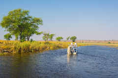 Bootcruise en het wildsafari op Chobe-Rivier, de grens van Namibië Botswana, Afrika Chobe Nationaal Park, beroemde wildlilfereser stock foto's