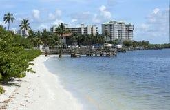 Bootdokken en flatgebouwen met koopflats op Fort Myers Beach, Florida, de V.S. Royalty-vrije Stock Fotografie