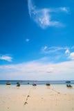 Boote anchroed am Strand Lizenzfreies Stockfoto