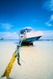 Boote anchroed am Strand Lizenzfreies Stockbild