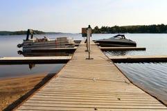 Boote angekoppelt auf hölzernem Dock Lizenzfreies Stockfoto