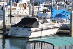 Boote angekoppelt im Hafen Stockfotografie