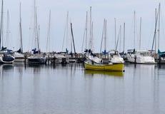 Boote angekoppelt im Michigansee Stockbild