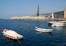 Boote am Anker im blauen Meer und unter dem klaren Himmel von Triest in Friuli Venezia Giulia (Italien) Lizenzfreies Stockfoto