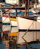 Boote am Anker im Hafen Lizenzfreie Stockfotos