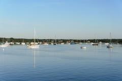 Boote in Apponagansett-Bucht Lizenzfreie Stockfotografie