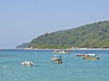 Boote auf dem blauen Meer Stockfotografie