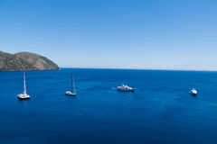 Boote auf dem blauen Meer, Lipari, Italien Lizenzfreie Stockfotos
