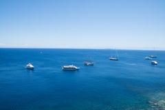 Boote auf dem blauen Meer, Lipari, Italien Lizenzfreie Stockbilder